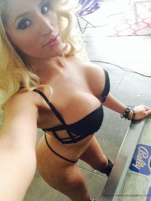 Travesti rubia se queda con un tanga de hilo negro y sujetador push up