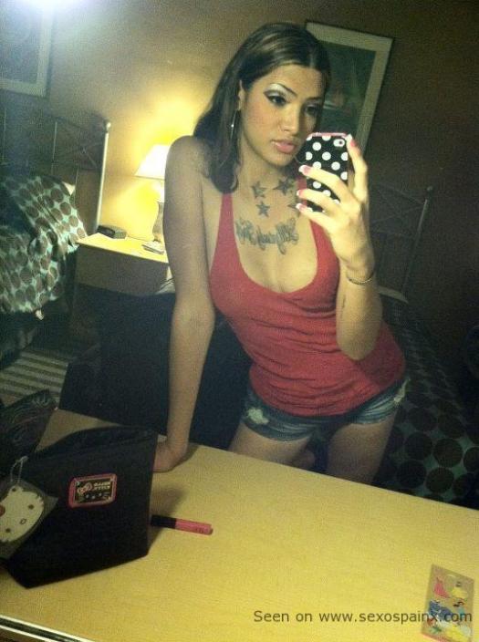 Sensual transexual con el pectoral tatuado y maquillada de noche para promenade estival