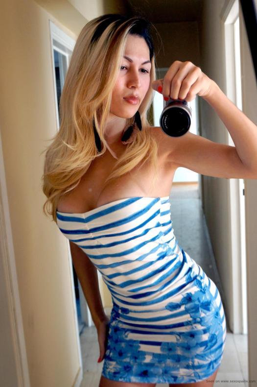 Morbosa tranny ruba de bote con precioso vestido azul de paseo en Saint-Tropez