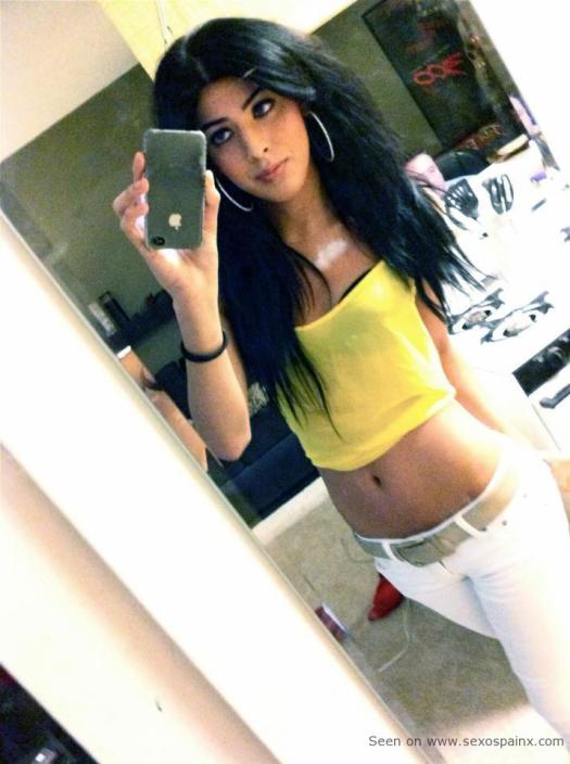 Inocente guapa jovencita tranny poniendose guapa para ir al centro comercial