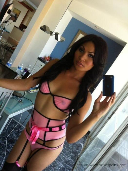 Exotica transexual morenaza con lenceria de sexhop erotica rosa y negra, con portaligas y medias