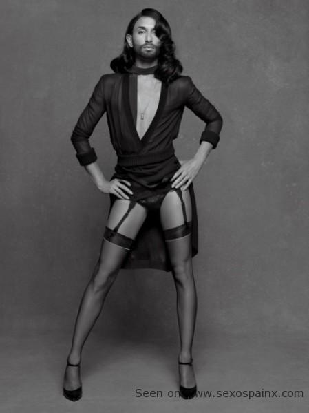 Conchita Wurst en lencería como modelo.