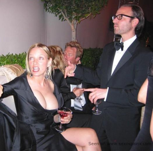 Uma Thurman bebiendo y mostrando sus enormes tetas en una fiesta