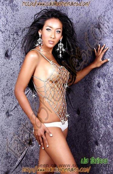 Bellas modelos transexuales delgadas desnudas mostrando sus senos.