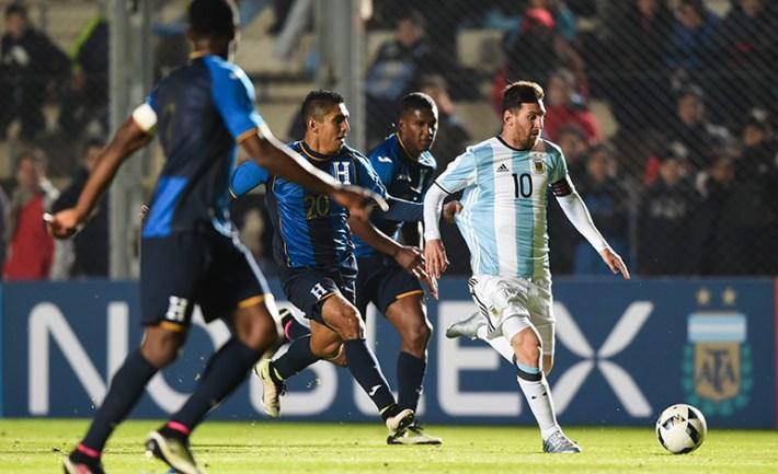 Messi se lesionó en el último amistoso previo a la Copa. Vía cdn.latribuna.hn
