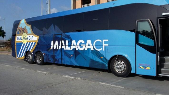 Bus del Málaga CF, en Algeciras. Foto: Eldesmarque.com