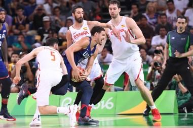 Thompson luchando por un balón entre españoles vía fiba.com