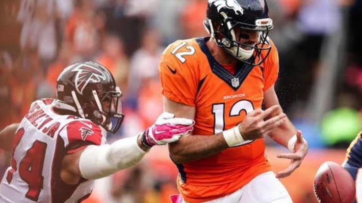 """El """"rookie"""" Paxton Lynch fue derribado hasta en 6 ocasiones. Foto: http://www.cbssports.com"""
