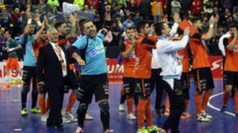 Edu celebrando junto a sus compañeros su victoria ante Movistar Inter en la Copa de España 14/15 que les dio su pase a las semifinales del campeonato. Fotografía vía LaVozDeGalicia.es