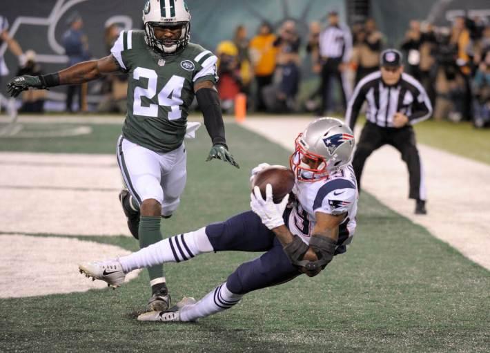 """El """"rookie"""" Malcolm Mitchell anotando uno de sus dos touchdowns decisivos. Fuente: bostonherald.com"""
