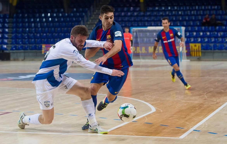 Iván lucha por un balón en el parsado partido del Palau