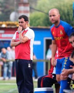 Dani Roces (entrenador) y Juanín durante un partido del Condal (Foto: La Nueva España)