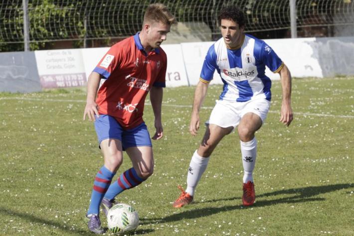 Lance del encuentro disputado en La Cruz en el que el Real Avilés certificó su clasificación para el play-off (Foto: La Nueva España)