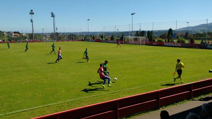 Lance del encuentro en Mareo entre Sporting 'B' y Gernika