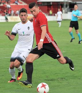 Mateo disputa un balón con Yanis (Mirandés) - Foto: El Correo de Burgos
