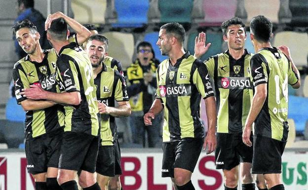 Jugadores del Barakaldo celebran un gol en Lasesarre (Foto: El Correo)