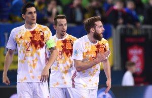 Pola celebra un gol bajo la mirada de Ortiz y Lin