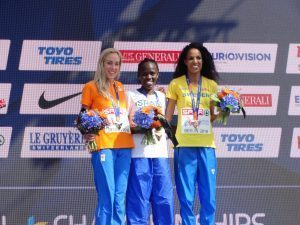 Atletas de los 10.000 metros lisos con sus respectivas medallas