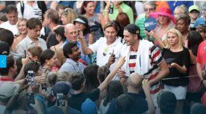 John Isner con aficionados