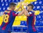 Marcenio y Adolfo se felicitan tras una anotación del Barça en el duelo en el que superó a Zaragoza