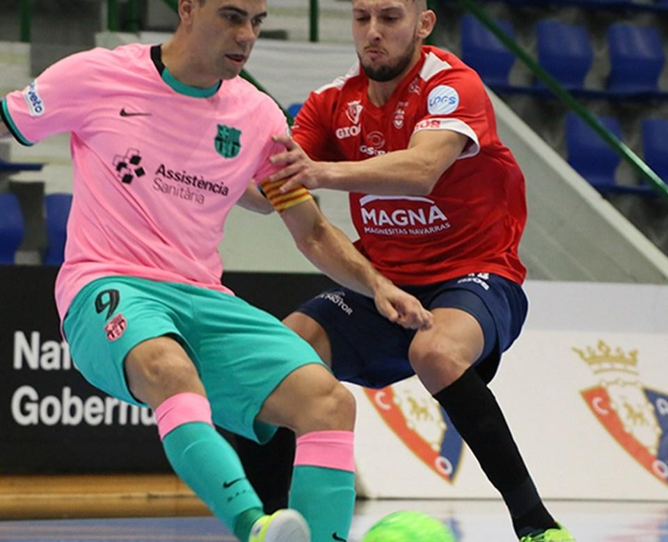 Sergio Lozano lucha un balón ante la oposición de un rival.