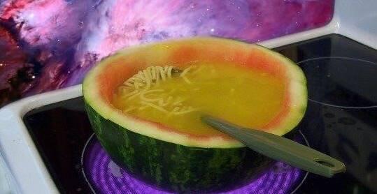 sopa dentro da melancia