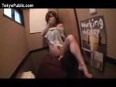 大人気AV女優のかすみ果穂が居酒屋のトイレでこっそりと性行為をしているえつくすでひお 日本人