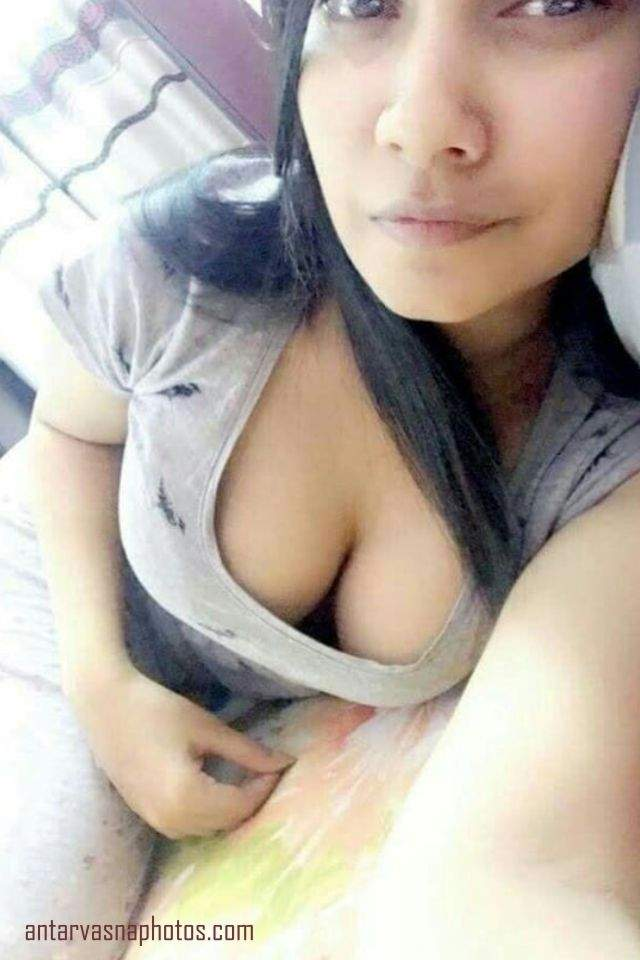 desi girl ke boobs top se bahar jhakte