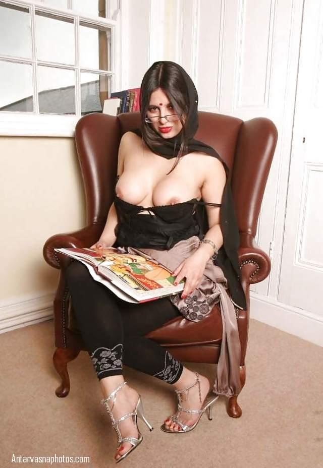 aunty apne sexy boobs dikhakar friend ko smile de