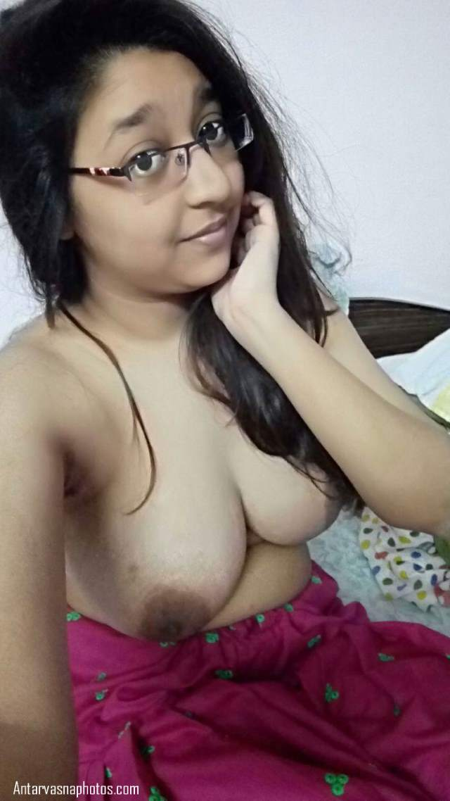 big boobs dikhati desi girl ki selfie photo