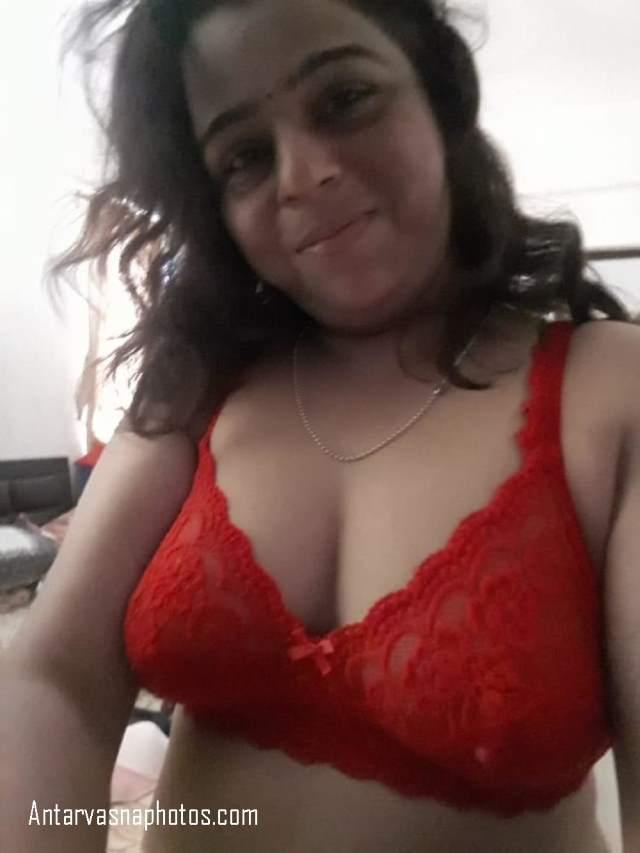 red bra me bhabhi ki hot selfie