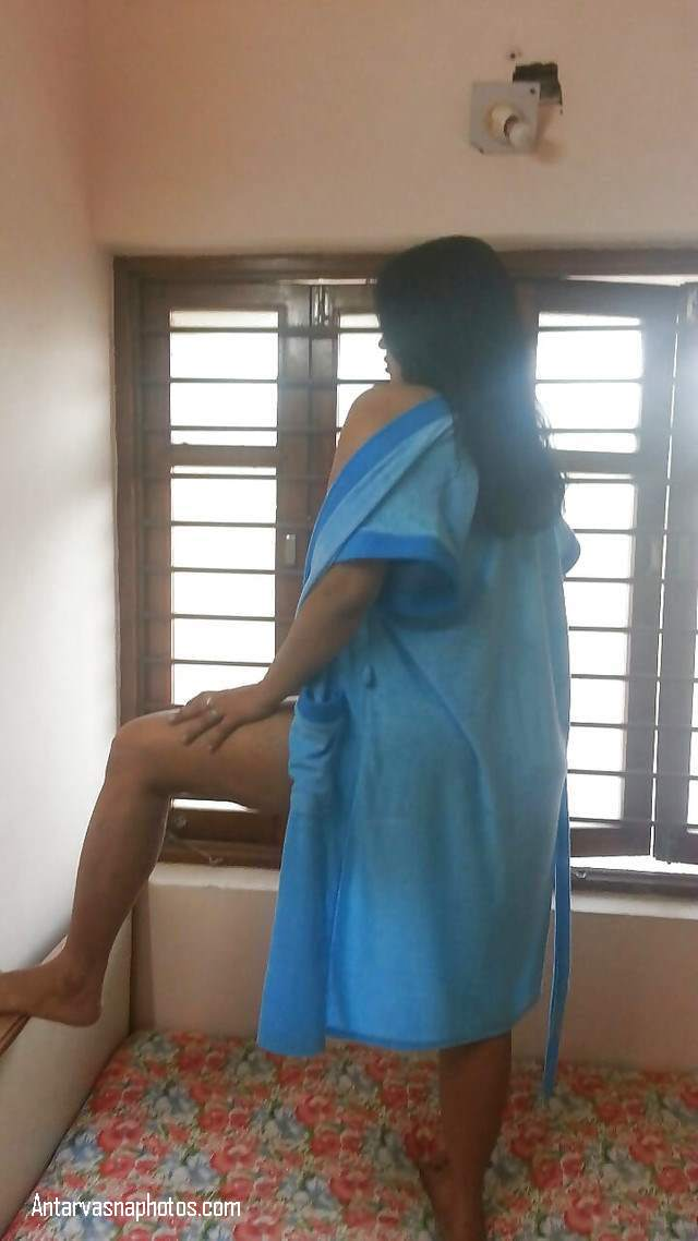 moti gaand wali aunty photo click karwa rahi hai