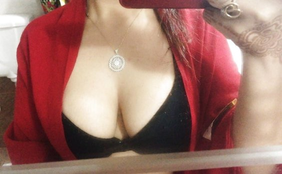 hot cleavage dikhati