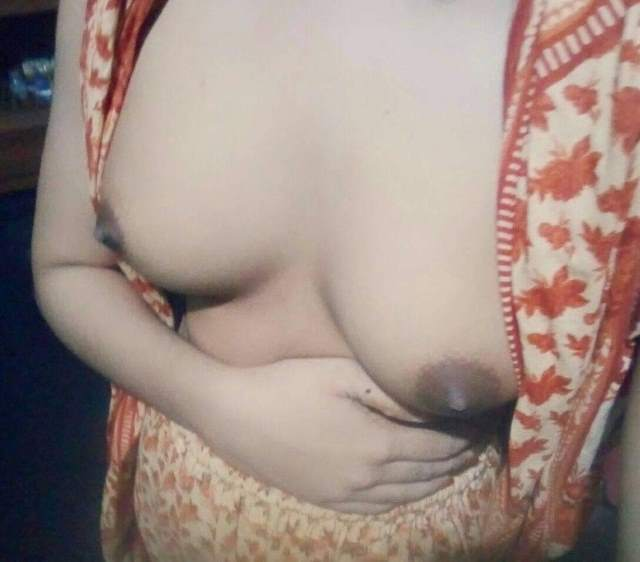 apne small boobs dikhati