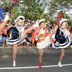 Seychellen Karneval: Düsseldorfer Delegation auf den Seychellen - zehn Tänzerinnen der Tanzgarde der KaKaJu mit Tanzmarie Melanie Bayer mit spektakulären Hebefiguren und einem Spagat am Ende