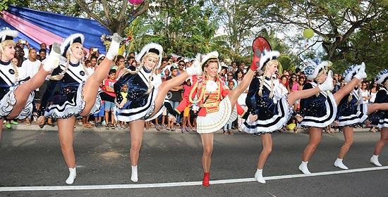 Düsseldorfer Delegation auf den Seychellen - zehn Tänzerinnen der Tanzgarde der KaKaJu mit Tanzmarie Melanie Bayer mit spektakulären Hebefiguren und einem Spagat am Ende