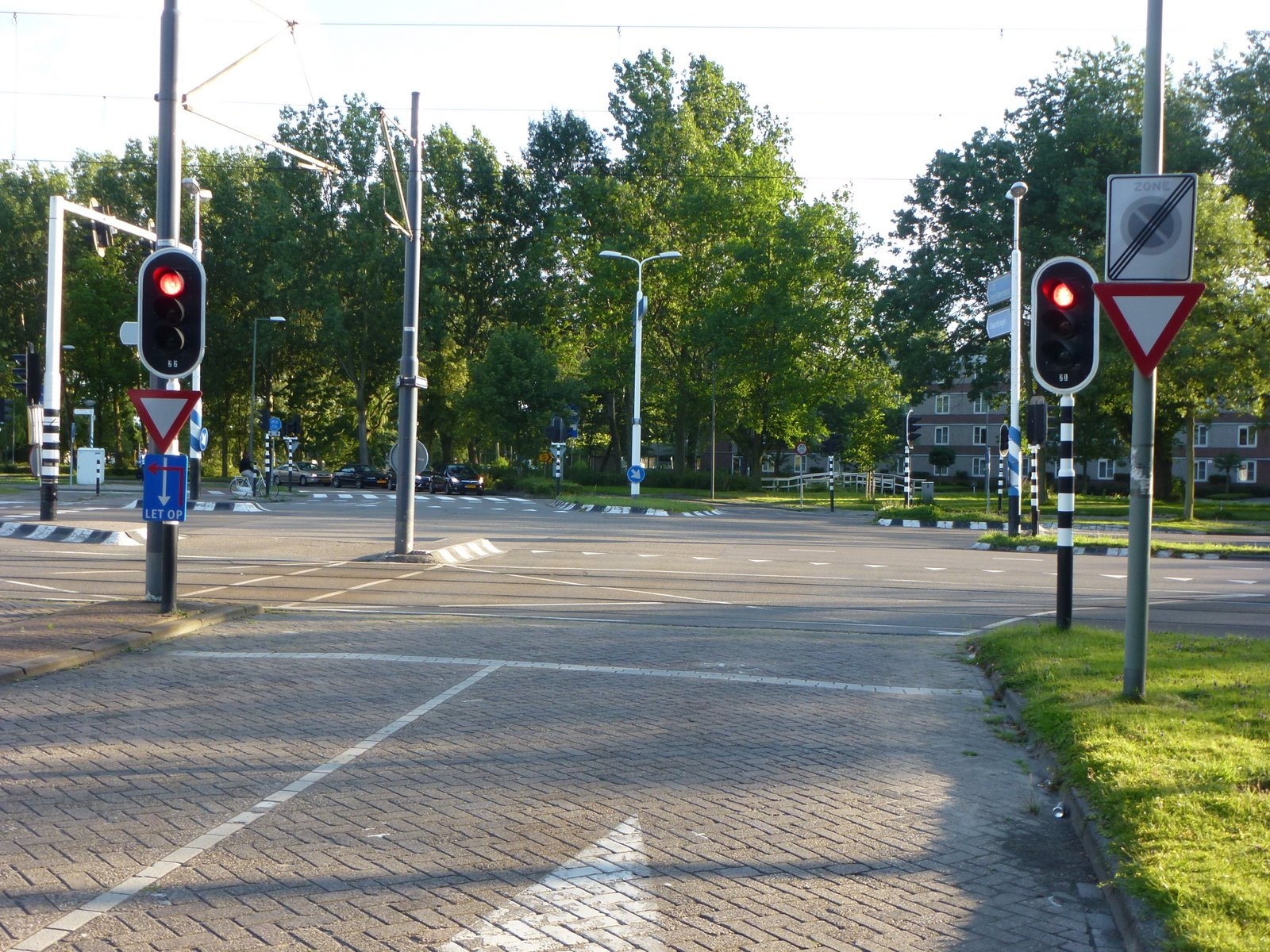 "Dutch traffic signals are mounted on the near side of the intersection, so a motorist who inches past the stop line, will lose sight of them. From the blog ""rEvolving Transportation"""