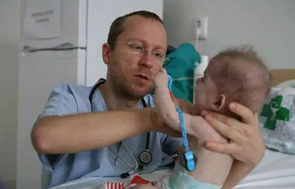 """Pediatrul care a renuntat la Marea Britanie pentru a trata micutii cu boli rare din Romania: """"Acesti copii au dreptul la viata si la lipsa durerii"""""""