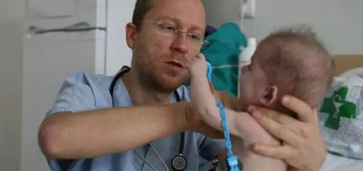Pediatrul care a renuntat la Marea Britanie pentru a trata micutii cu boli rare din Romania