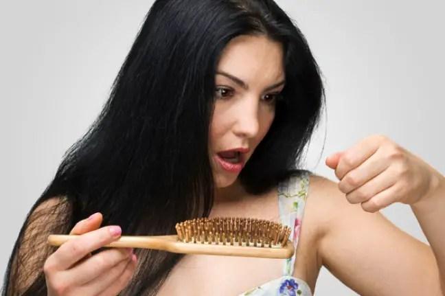 De ce cade parul la femei. 7 motive si 6 solutii naturiste