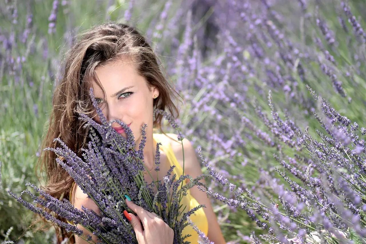 Lavanda. 5 indicatii terapeutice externe ale plantei cu flori mov