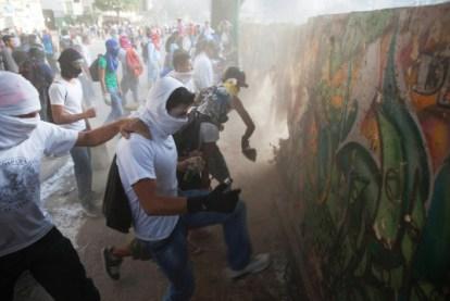Venezuela anti-gov protesters destroy mural wall for rocks to throw 0214 by Rodrigo Abd, AP