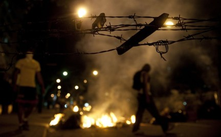Venzuela anti-gov students string barbed wire across streets to behead motorcyclists, motorizados 0214 by Raul Arboleda,