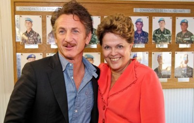 Sean Penn and Brazil President Dilma Rousseff pose in front of photos of Brazilian U.N. battalion commanders. – Photo: Blog do Planalto