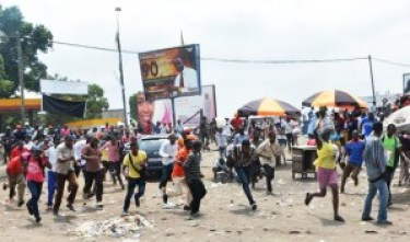 Protesters run after Democratic Republic of Congo's soldiers opened fire to disperse a crowd of demonstrators in Kinshasa on Jan. 20, 2015, rallying against moves to allow the president to extend his hold on power. – Photo: Papay Mulongo, AFP