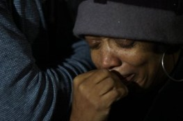 Gwendolyn Woods grieves at the vigil the day after Mario was executed. – Photo: Davey D