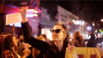 Favi Estrella fights the power. – Photo: Noémie Serfaty