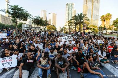 Ethiopian-Israeli protesters hold a mass sit-in on Kaplan Street, blocking vehicular traffic. – Photo: Benny Woodoo