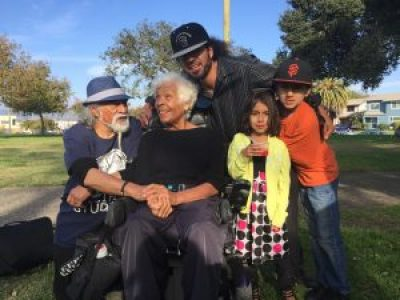 Manuel La Fontaine and his children join Black Panther Kiilu Nyasha and Polynesian Panther Tigilau Ness for a photo in Bobby Hutton Grove. – Photo: Manuel La Fontaine