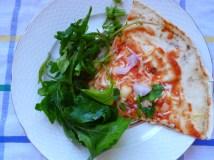 Και καλή σου όρεξη! (αυτό είναι το ένα τέταρτο της πίτσας, υπάρχει ακόμη και άλλο να απολαύσεις με παρέα ή χωρίς!)